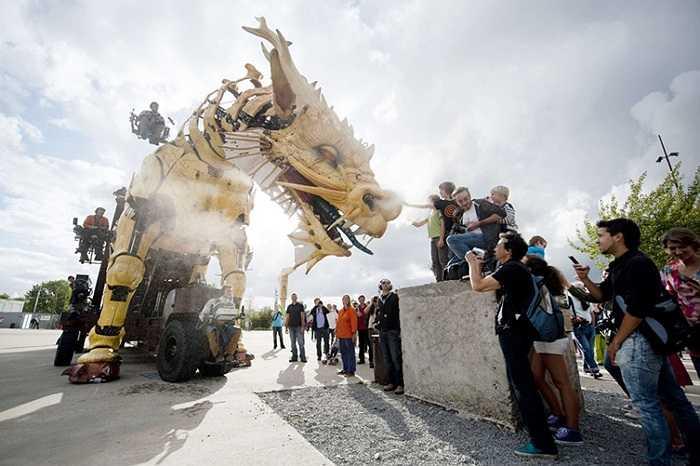 Rồng cơ khí làm bằng thép và gỗ trên đường phố Nantes, Pháp