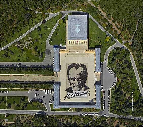Bức ảnh Quân đội Thổ Nhĩ Kỳ công bố, với khoảng 6.000 người tạo thành bức chân dung lớn của Mustafa Kemal Ataturk, người sáng lập nước Thổ Nhĩ Kỳ hiện đại tại lăng mộ của ông ở Ankara