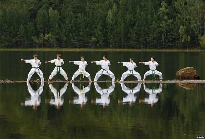Thành viên trẻ tuổi của một hội karate địa phương biểu diễn tại một trại hè huấn luyện bên ngoài thành phố Krasnoyarsk, vùng Siberia của Nga