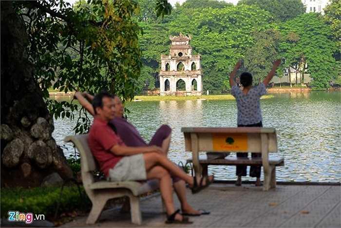 Người dân quanh bờ hồ vẫn coi đây là điểm tập thể dục buổi sớm và hít thở không khí trong lành.