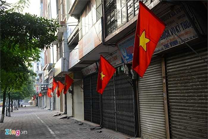 Các cửa hàng mặt phố Nguyễn Thái Học đóng cửa nghỉ kinh doanh.
