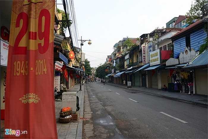 Các con phố cổ cũng trong cảnh vắng vẻ, thay cho cảnh buôn bán nhộn nhịp thường ngày.