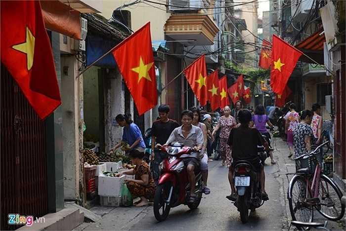 Chỉ có các khu chợ trong ngõ nhỏ là đông đúc. Người Hà Nội có thói quen đi chợ sớm chuẩn bị bữa ăn trưa. Tại phố Yên Thái, nhà nhà treo cờ đỏ sao vàng rợp hai bên lối đi.