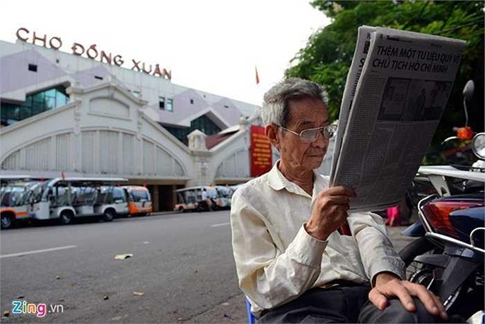 Ông Hoàng Văn Tân (80 tuổi), cựu giáo viên trường cấp 3 Chu Văn An đi bộ từ nhà trên phố Hoàng Hoa Thám lên khu chợ Đồng Xuân (khoảng 2,5km) dạo quanh phố cổ để tận hưởng không khí bình yên hiếm hoi của Hà Nội.