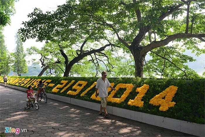 Khu vực quanh hồ Gươm được trang trí biểu ngữ bằng hoa chào mừng kỷ niệm 69 năm ngày Quốc khánh Việt Nam (2/9/1945 - 2/9/2014).