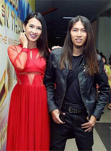 Anh Thư chụp ảnh cùng rocker Viết Thanh.