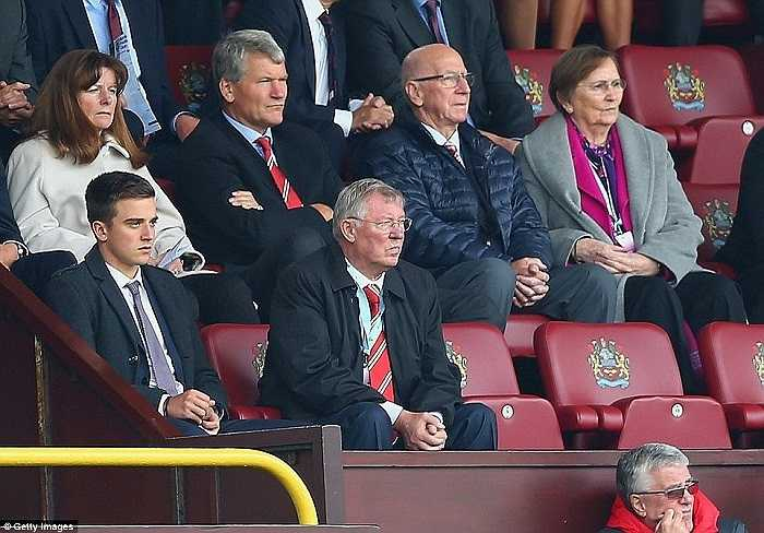 Sir Alex Ferguson nóng mặt theo dõi trận đấu.