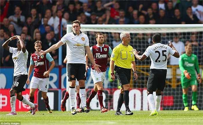 Phút cuối trận, Man Utd suýt chút nữa đã được hưởng penalty khi một hậu vệ Burnley để bóng chạm tay trong vòng cấm. Nhưng trọng tài không cắt còi.