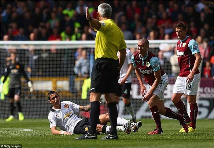 Khi không thể lấy bóng trong Di Maria, các cầu thủ Burnley sẵn sàng phạm lỗi thô bạo để chặn đường bóng của tân binh Man Utd.