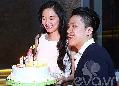 Người đẹp rất vui vì được bạn trai tổ chức tiệc sinh nhật ấm cúng cho mình.