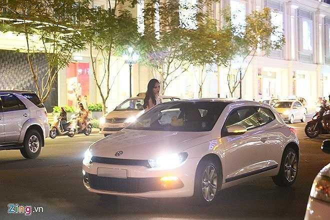 Người đẹp được bạn trai đưa đón bằng chiếc xe khá sang trọng.