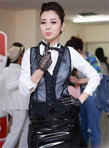 Jennifer Phạm xuất hiện tại hậu trường The Voice Kids trong một trang phục cá tính.