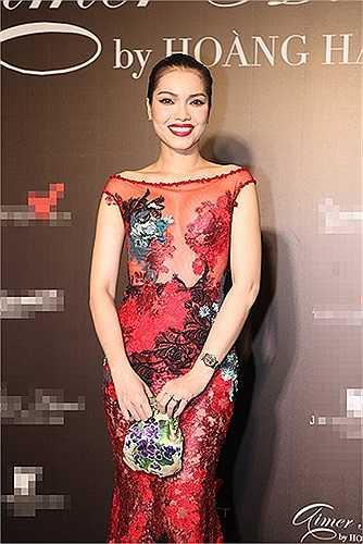 Dường như với 'tư cách' bạn thân của một nhà thiết kế tiên phong trong trào lưu xuyên thấu của thời trang Việt nên ca sỹ - cựu người mẫu Quách An An cũng bị phần nào 'lây nhiễm'