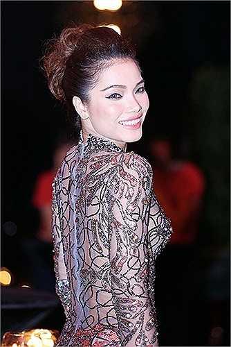 Không chỉ xuất hiện trên thảm đỏ các lễ trao giải thưởng danh giá, người đẹp còn thường xuyên gây chú ý tại các sự kiện giải trí vừa và nhỏ với kiểu thời trang này.