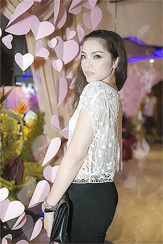 Với mật độ xuất hiện không hề thưa thớt, 'chân dài hát' quả xứng với danh hiệu đệ nhất xuyên thấu của showbiz Việt.