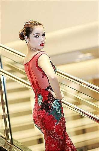 Với váy dạ hội dài, người đẹp toàn quyền khoe lưng, bụng, 2/3 vòm ngực và toàn thể cặp chân dài mảnh khảnh của một cựu người mẫu.