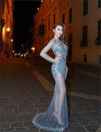 Quách An An và Hoa hậu Á Châu Hoa Kỳ 2014 Jennife Chung có dịp đọ sắc khi cùng là khách mời dự show thời trang kỷ niệm 40 năm thiết lập quan hệ ngoại giao Việt Nam - Malta.