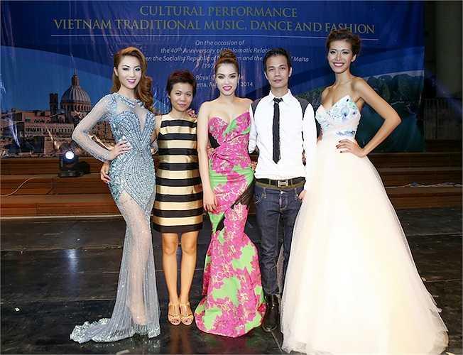 Hai người đẹp chụp hình kỷ niệm với hai nhà thiết kế của chương trình và người mẫu Minh Tú.