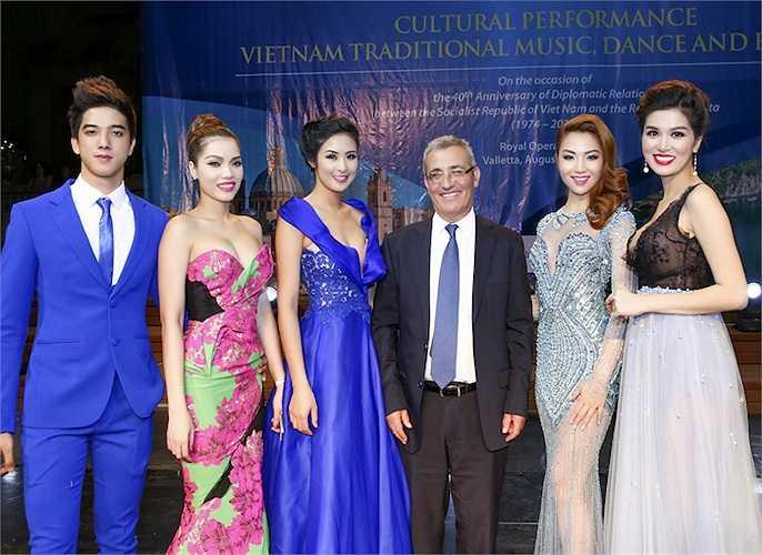Quách An An, Ngọc Hân, Jennifer Chung, Oanh Yến chụp hình cùng một đại diện của Cộng hòa Malta.
