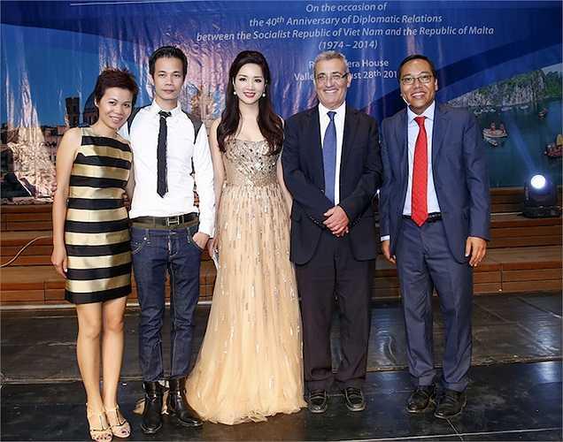 Hoa hậu đền Hùng Giáng My sau khi thay một bộ đầm khác cũng ra chụp hình cùng hai nhà thiết kế và các vị khách quý.