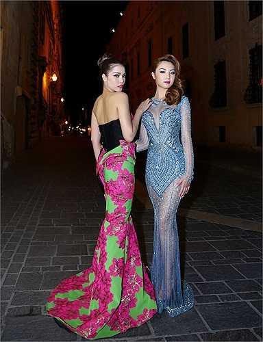 Quách An An đọ sắc cùng Jennifer Chung trên đường phố.