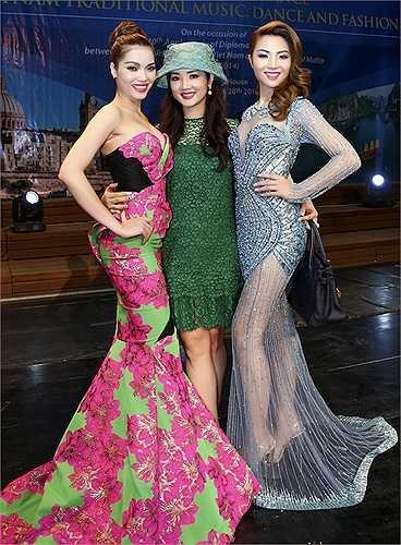 Cả Quách An An và Jennifer Chung đều tỏ ra rất ngưỡng mộ nhan sắc vượt thời gian của Hoa hậu đền Hùng.