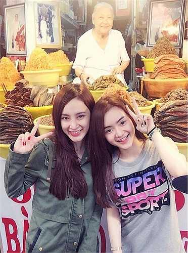 'Bà mẹ nhí' Angela Phương Trinh cùng em gái Phương Trang có chuyến dã ngoại ở Châu Đốc, An Giang. Trên trang cá nhân, nữ diễn viên phim Biết chết liền khoe hình hai chị em vui vẻ dạo chơi ở một khu chợ sau khi đi lễ chùa.