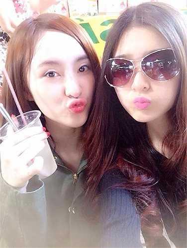 Angela Phương Trinh pose hình đáng yêu bên cô bạn.