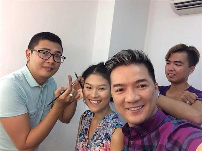 Sau khi hoàn thành vai trò giám khảo trong cuộc thi X Factor vào tối 31/8, Đàm Vĩnh Hưng tiếp tục chuỗi ngày bận rộn của mình với đoàn làm phim 'Hiệp sỹ mù'. Anh chia sẻ hình ảnh trong buổi chụp hình quảng bá cho phim 'Hiệp sỹ mù' và không quên vận động các fan ủng hộ cho bộ phim ra mắt vào cuối tháng 9 này.