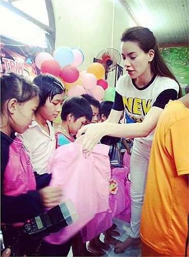 Sau đêm thi X Factor, chiều 1/9, Hồ Ngọc Hà cùng ê-kíp tới Đồng Nai phát quà Trung thu cho các trẻ em gặp khó khăn.  Theo Zing
