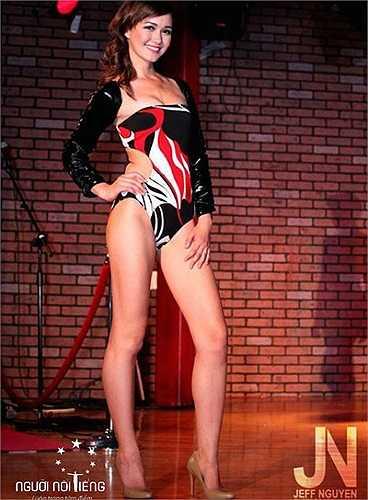 Cô cũng gây ấn tượng với thân hình khỏe khoắn ...