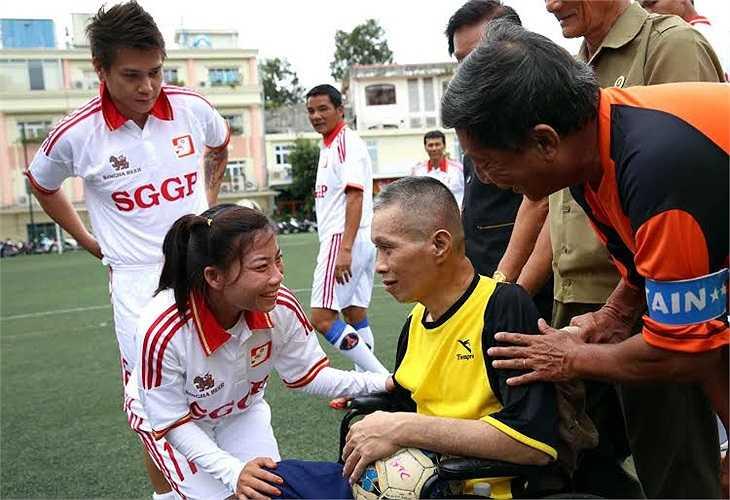 Cơn bạo bệnh ập đến bất ngờ khiến nhà báo Minh Hùng bốn lần đột quỵ, mất trí nhớ và liệt nửa người.