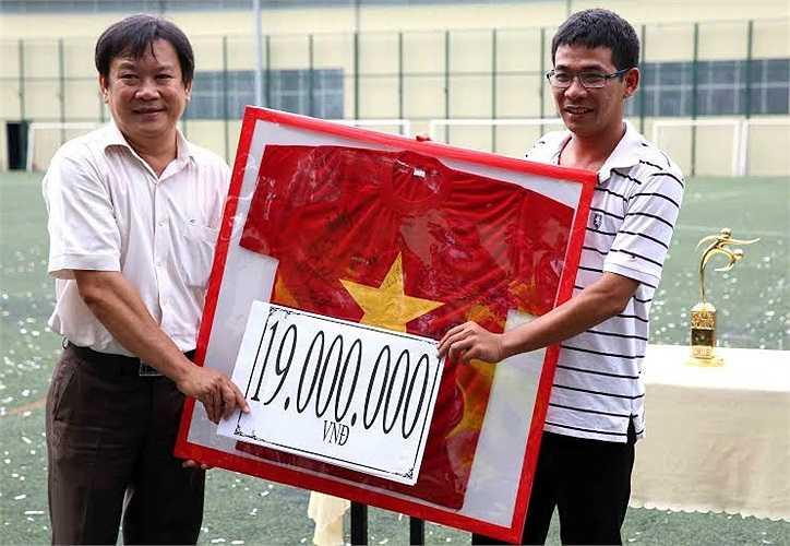 Sáng nay, rất nhiều cầu thủ thuộc thế hệ vàng Việt Nam, đồng nghiệp của nhà báo Minh Hùng và những người hâm mộ thể thao nước nhà đã tổ chức trận cầu từ thiện, gây quỹ giúp anh chống chọi lại căn bệnh quái ác