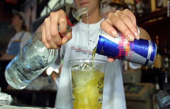 Ở các bữa tiệc, đồ uống có cồn thường được trộn với nước tăng lực để tăng thêm sức cho người uống hoặc giảm độ đắng của rượu. Việc kết hợp 2 loại đồ uống này thực ra rất có hại, vì nó sẽ làm cho cơ thể bị mất nước, dẫn đến tình trạng thiếu nước trầm trọng.
