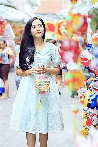 Tam Triều Dâng với chiếc đầm xòe màu xanh nhạt.