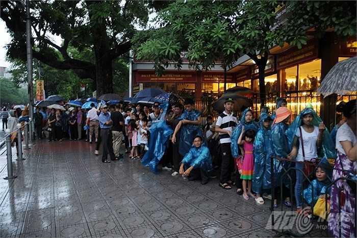 Hàng ngàn người đứng thành hàng dài trước cổng vào Lăng
