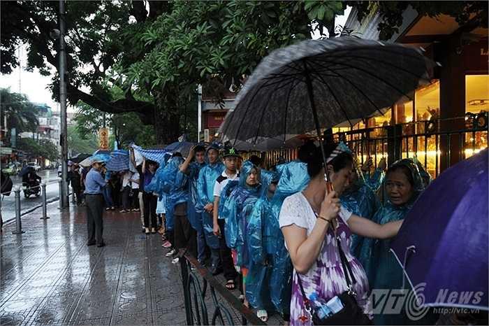 Bất chấp cơn mưa như trút nước lúc 6h30, dòng người chờ vào viếng Bác mỗi lúc một đông