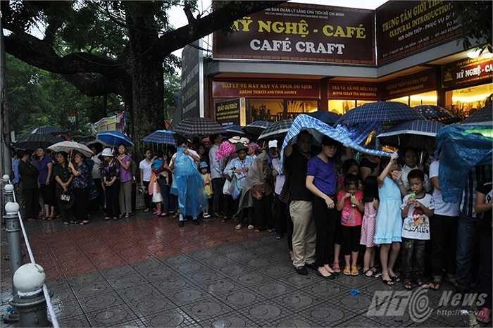 Người mặc áo mưa, người che ô, trật tự xếp hàng chờ đến lượt vào viếng Bác.