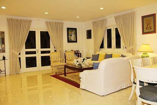 Phòng khách rộng với gam màu trắng sang trọng.