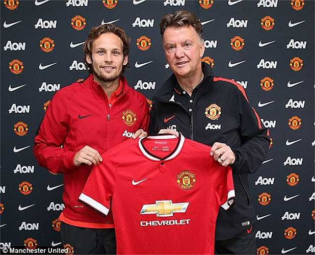Van Gaal trao áo đấu cho cậu học trò mới