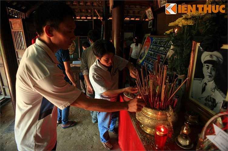 Bước vào gian nhà chính, tất cả đều thành kính dâng hương trước bàn thờ Đại tướng Võ Nguyên Giáp.