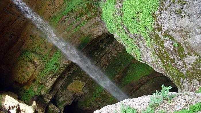 Kiệt tác này của thiên nhiên là một trong điểm du lịch hút khách nhất Lebanon, cách thủ đô Beirut khoảng 2 giờ lái xe, xuyên qua những ngọn đồi, vườn nho, vườn ô liu bạt ngàn.
