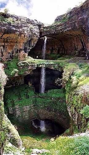 Nước từ trên núi bào mòn những khối đá vôi có từ thời tiền sử suốt hàng ngàn năm qua, tạo thành 3 dòng thác cùng chảy xuống một hang sâu tối tăm bên dưới.