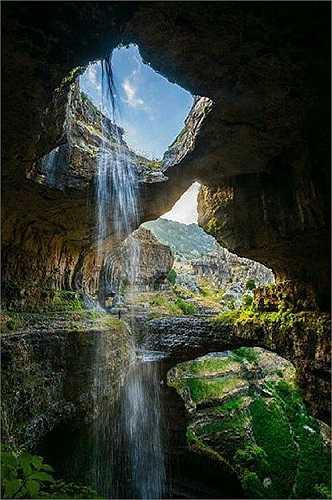 Một mảng trời trong xanh với dòng nước trắng lấp lánh - góc chụp tuyệt đẹp từ bên dưới các vòm đá khổng lồ.