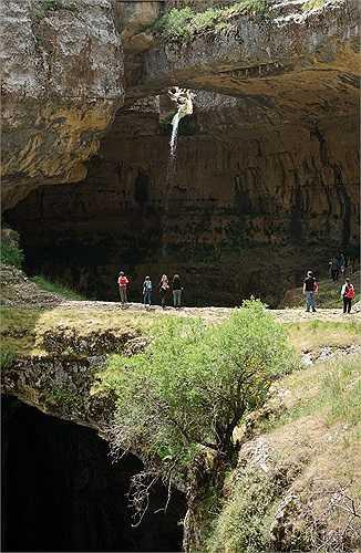 Du khách tới đây có thể tới gần thác nước 3 tầng kỳ diệu bằng cách leo lên các mỏm đá lớn.