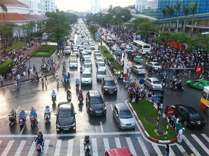 Chiều nay, hàng vạn người đã trở lại Thủ Đô Hà Nội sau kỳ nghỉ lễ nên các phương tiện rất đông, nhiều tuyến phố lại lâm vào tình trạng ùn tắc.