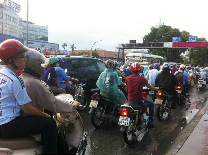 Các phương tiện phải di chuyển hết sức chậm chạp.