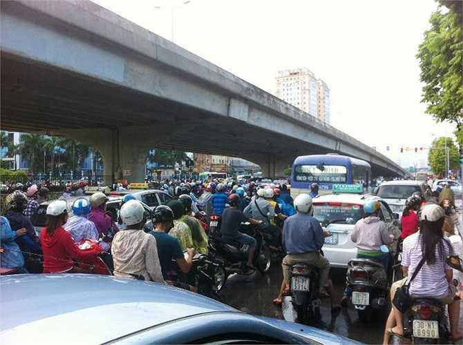 Dòng người đông đúc trên đường Phạm Hùng, đoạn đối diện bến xe Mỹ Đình.