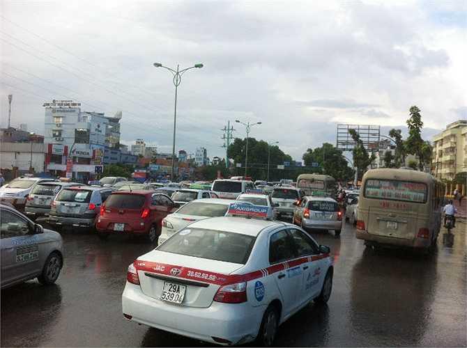 Đoàn xe chen nhau trên phố Phạm Văn Đồng.