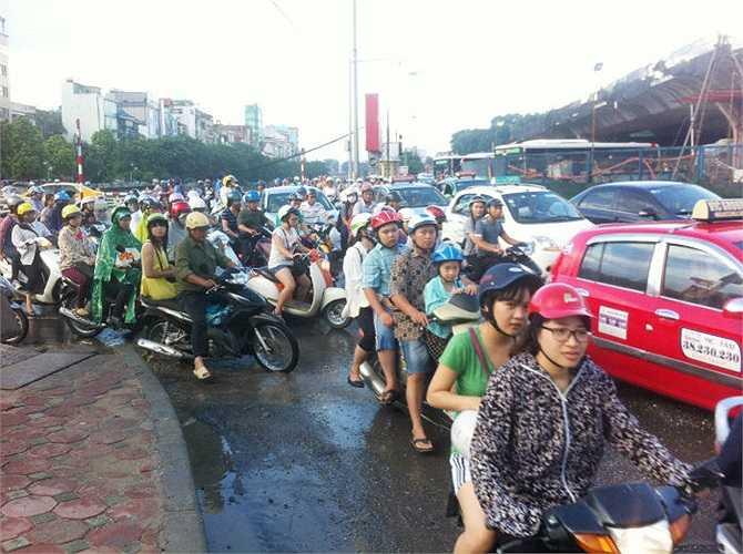 Tắc nghẽn tại nút giao thông Cầu Giấy - Kim Mã.